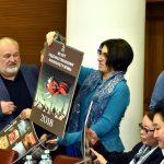 Ректор ВГИК вручает памятные календари  участникам