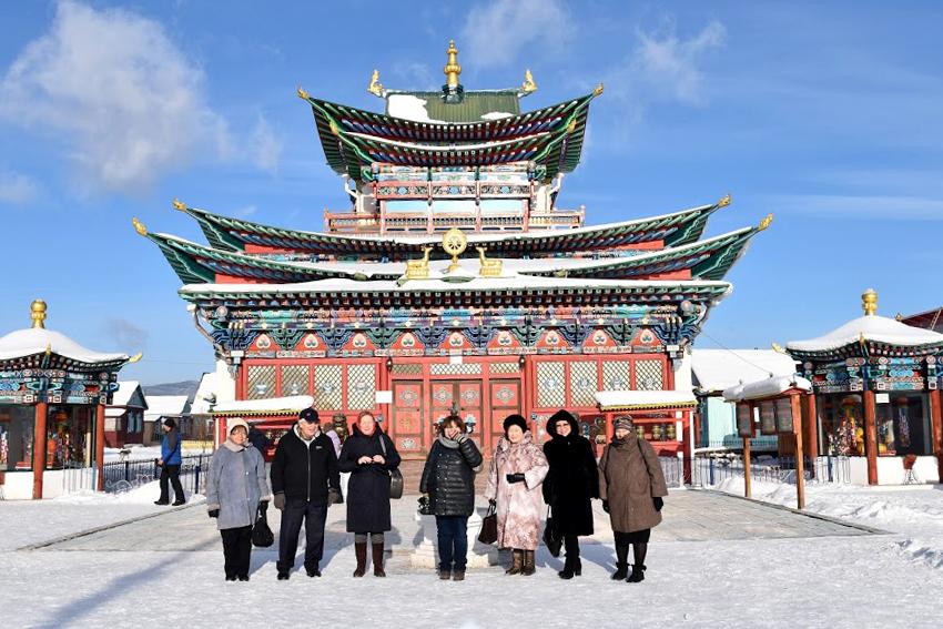 Участники проекта перед дворцом Пандито Хамбо ламы Даши-Доржо Этигэлова