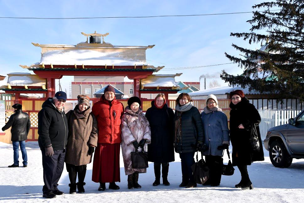 Участники проекта и Ширээте лама (настоятель) Иволгинского Дацана Аюр Цырендылыков