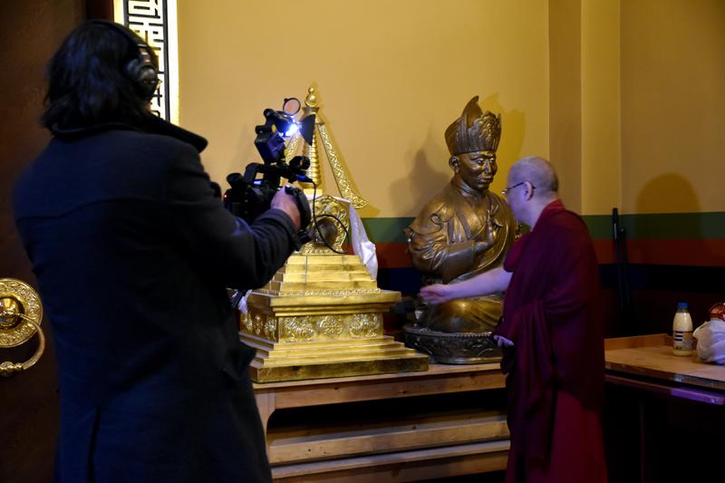 Ширээте лама Буда Бальжиевич Бадмаев у скульптуры Пандито Хамбо ламы Даши Доржо Этигэлова