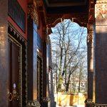 На крыльце храма Дацана Гунзэчойнэй, построенного в 1909-1915 году архитектором Гавриилом Барановским