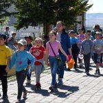 Школьники идут поклониться Пандито Хамбо ламе Даши-Доржи Этигэлову