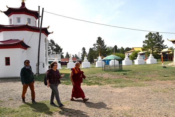 Чингиз багша Сультимов, ректор Буддийской академии, встречает группу