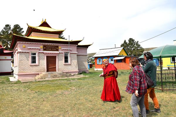 Бадма лама Цыбиков показывает Агинский дацан