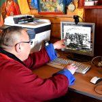 Чингис лама Ешиев показывает архивное фото с Этигэловым
