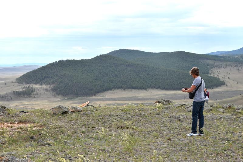 Анджей Петрас управляет дроном с камерой