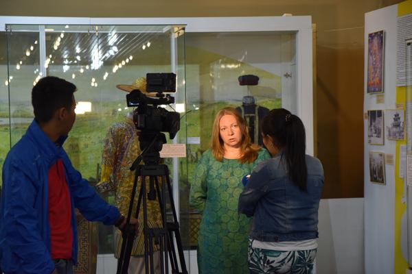 Нина Кочеляева дает интервью во время пресс-конференции