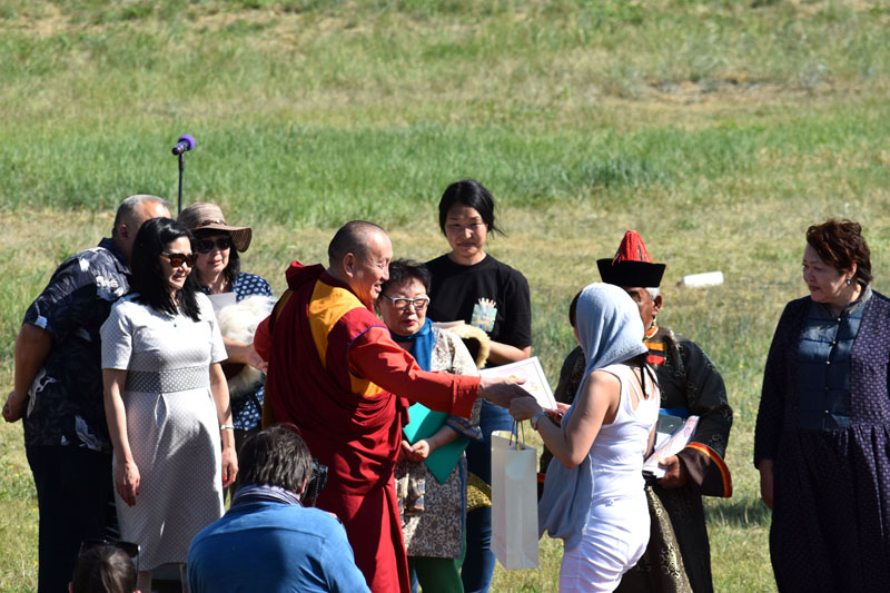 XXIV Пандито Хамбо Лама Дамба Аюшеев награждает лауреатов