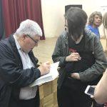Кирилл Разлогов подписывает книгу
